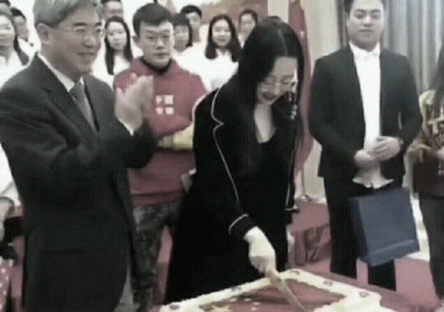 不祥之兆?中共使館當眾利刃切開五星旗蛋糕