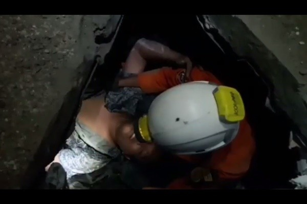 激励人心!埋废墟4天 印尼男幸运获救还能说话