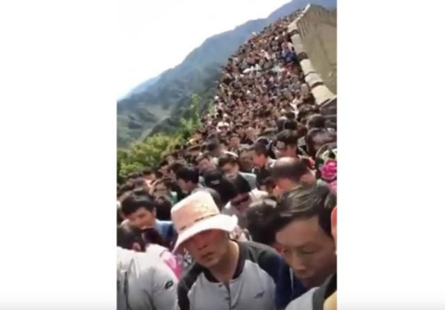 游客逼爆中国各大景区 网民调侃:似僵尸围城