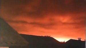 烏克蘭大軍火庫爆炸 橘光籠罩夜空 萬人疏散陸空停擺