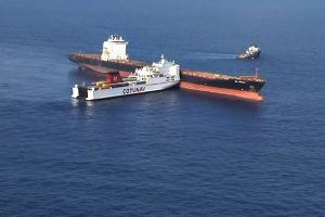 两货船在地中海相撞 导致燃油外泄