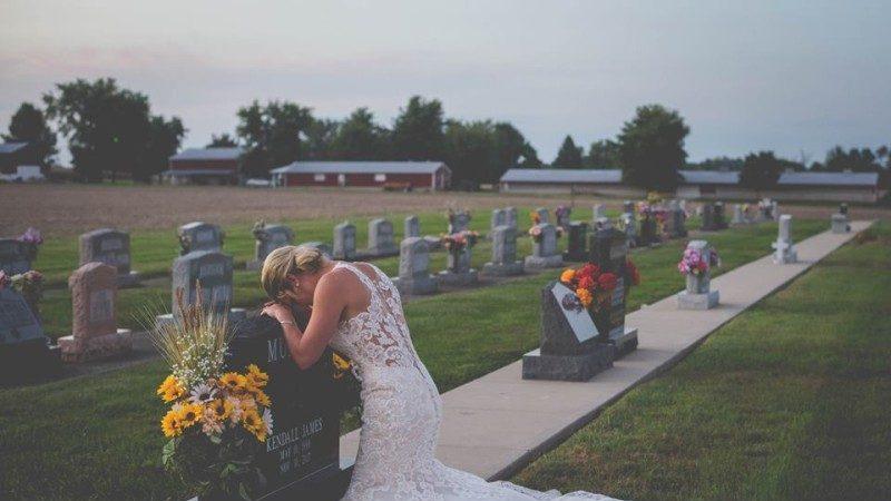 令人心碎!消防員遭酒駕撞死 未婚妻墓前孤影拍婚紗照