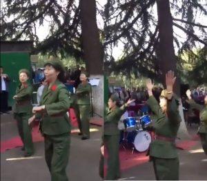 中国大妈墨尔本扮红卫兵跳文革舞 网友:邪灵附体