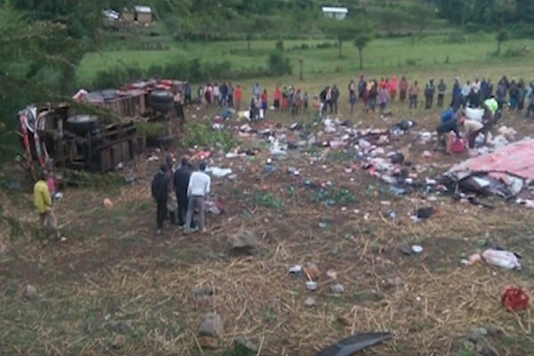 肯尼亞巴士翻覆車頂掀翻 42人當場身亡