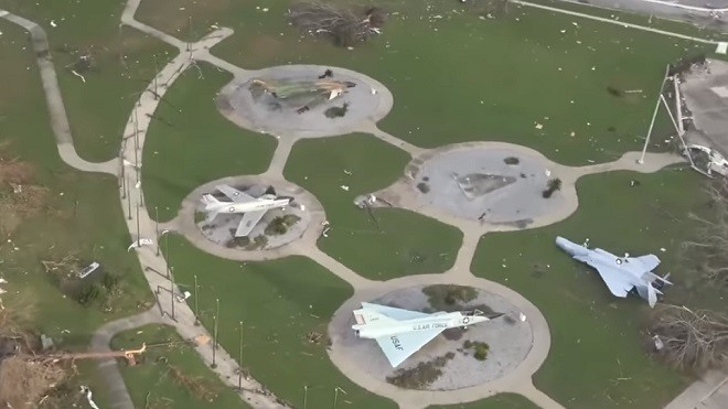 迈克尔横扫 佛州首当其冲 F-22基地建物几乎全毁
