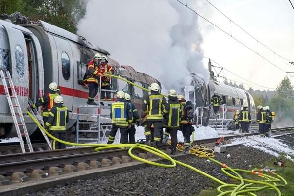 德城際火車行駛間起火 車廂全毀510乘客迅速撤離