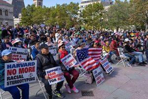 哈佛被控歧視亞裔案開審 數百亞裔學生上街舉牌聲援