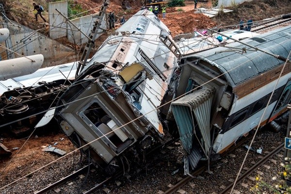摩洛哥火车冲出轨撞桥墩 至少6死86伤