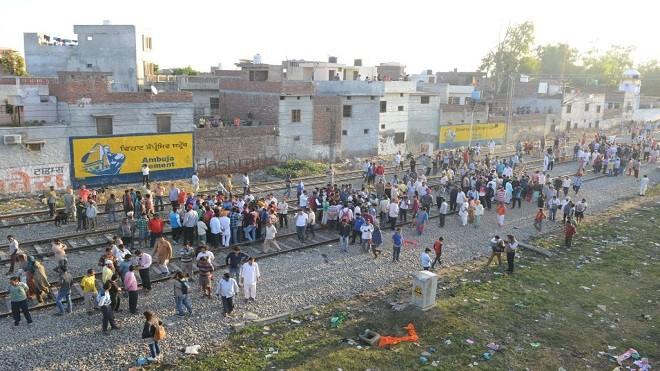 印度高速列车冲撞看烟火人群 至少61死72伤(视频)