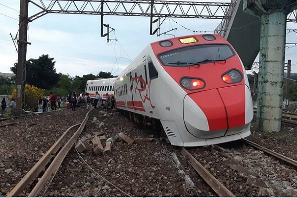 台鐵列車出軌 國一女不顧受傷沉著救人報案