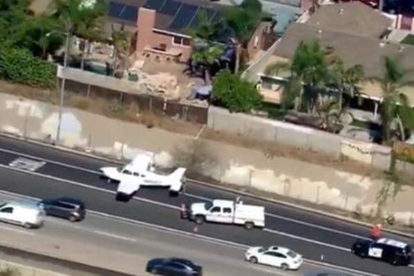 加州小飞机故障迫降高速公路 完美避开车阵吓坏驾驶(视频)