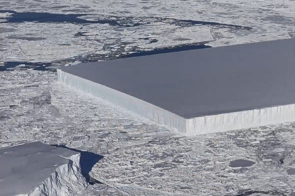 如刀割出「超四正」冰山 NASA拍到南極奇觀