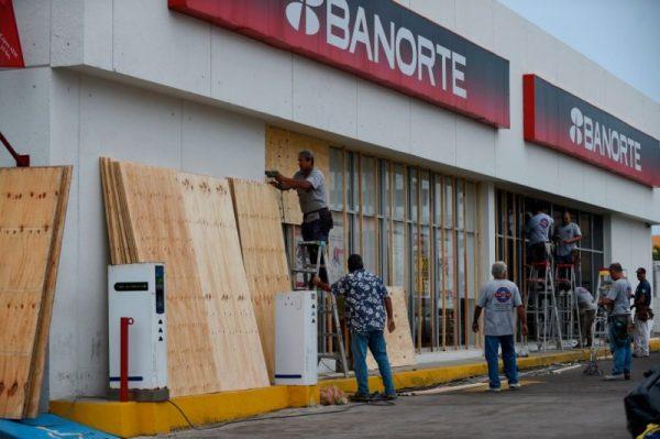 """""""极危""""飓风威拉直扑墨西哥 民众囤食物忙防范(视频)"""