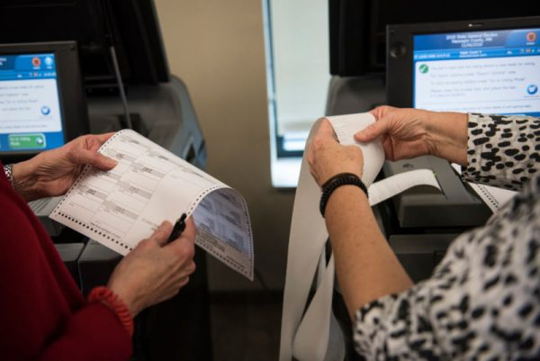 民主党狂争中期选举 数州允许非公民投票