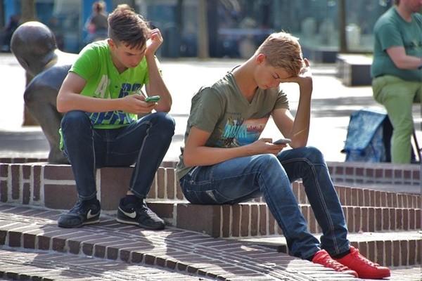 当您还在纵容孩子玩手机时,法国政府却……(组图)
