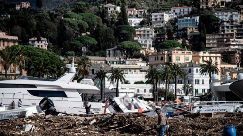 恶劣天气袭欧 意大利水坝溃堤冲击港口游艇