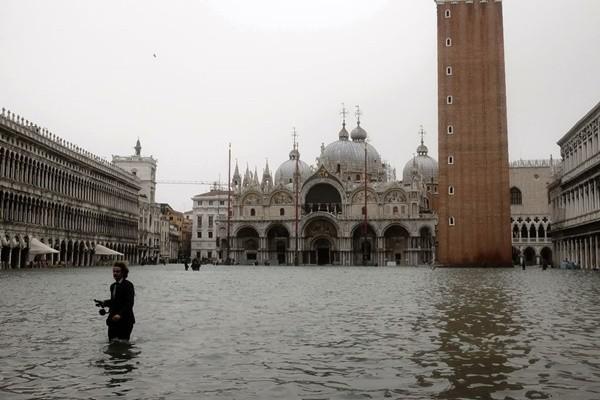 狂风暴雨袭欧 意大利老城几乎被淹 至少11死