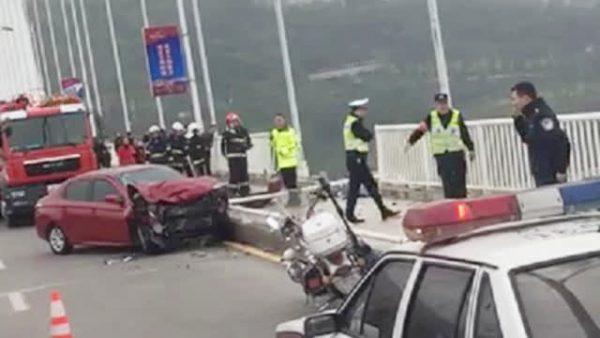 重庆坠江巴士已打捞出水 13死2失踪现场鸣笛致哀