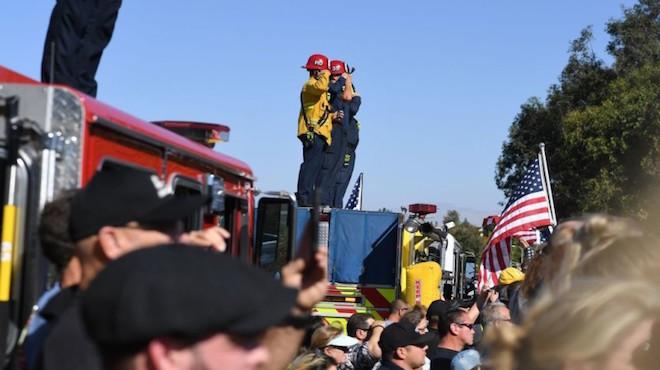 加州槍擊案 警察火拼槍手殉職 民眾夾道致敬