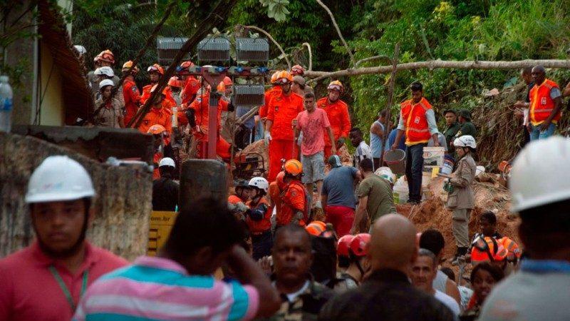 巴西里约土石流 民众睡梦中被埋10死多人失踪