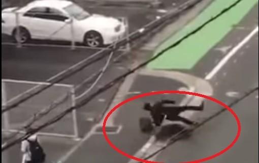日本野猪撞翻西装男猛攻12秒 双脚缝13针(视频)
