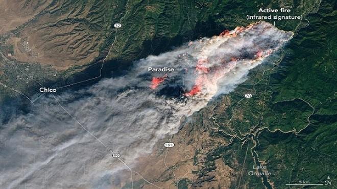 外太空看加州野火 天堂镇成火海 滚滚浓烟向西飘