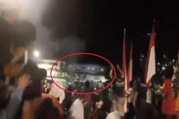 擠鐵路陸橋看表演 印尼群眾推擠墜地3死20傷