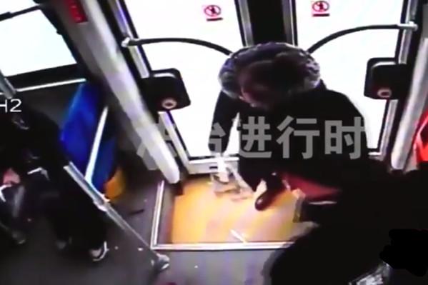 北京女搶公交車方向盤:要死一起死(視頻)