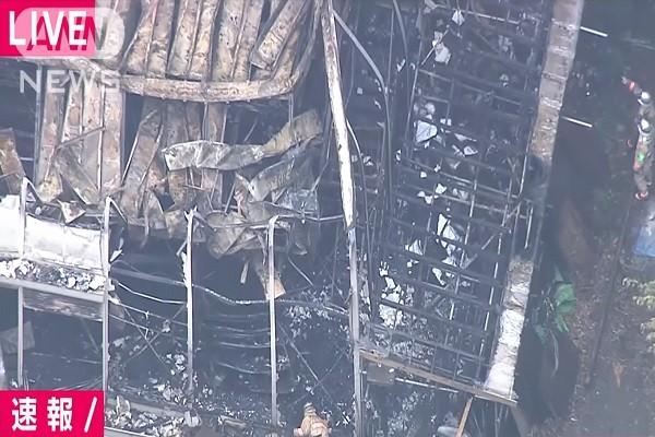 日本明治神宮倉庫大火 19輛消防車馳往滅火