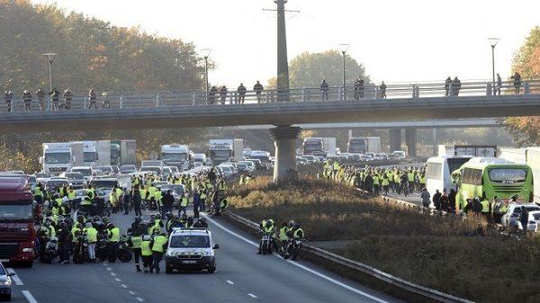 不滿油價調漲 法國群眾抗議釀1死227人傷