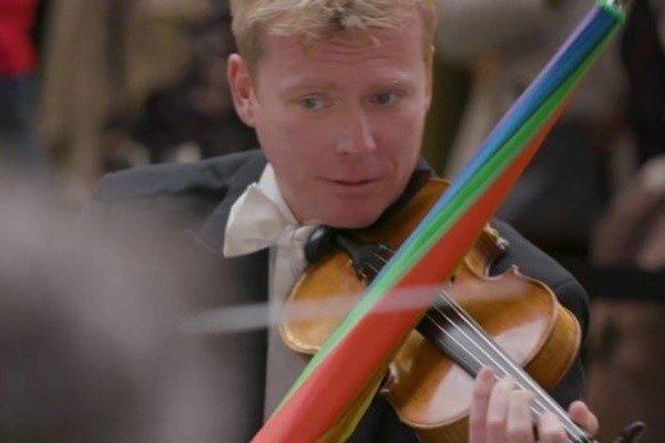 为让遗失物与主人重逢  伦敦皇家乐团用雨伞拉小提琴