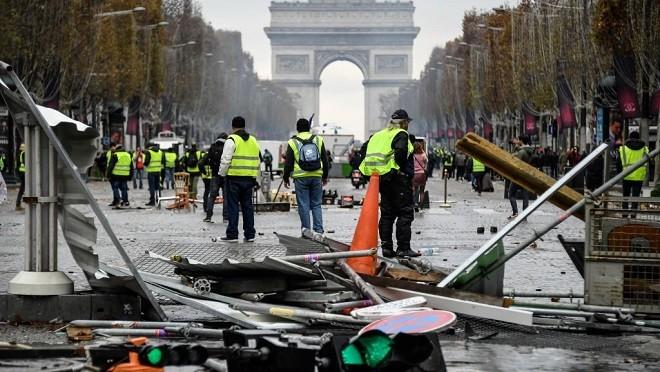 数千法国民众抗议燃油税上涨 爆发冲突要总统下台