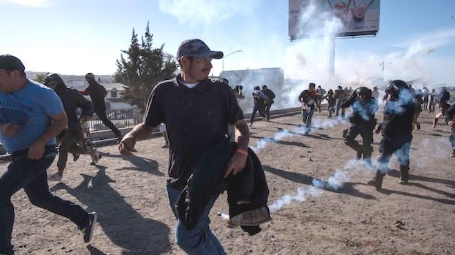 用催淚瓦斯對付非法移民該轟? 奧巴馬早有先例