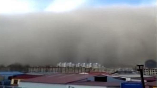 中國甘肅沙塵暴掀起百米高「沙牆」 場面震撼(視頻)