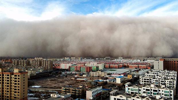 北京重度污染 甘肃县城5分钟被沙尘覆盖