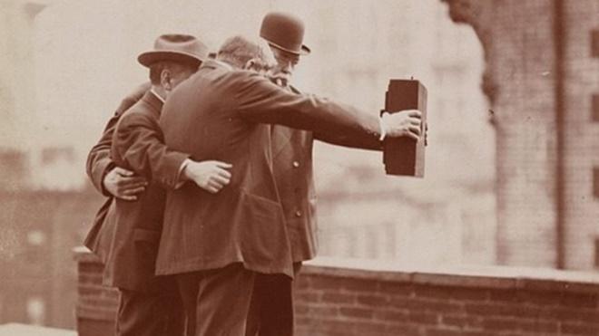 经典老照片 原来100年前人们就开始玩自拍了!