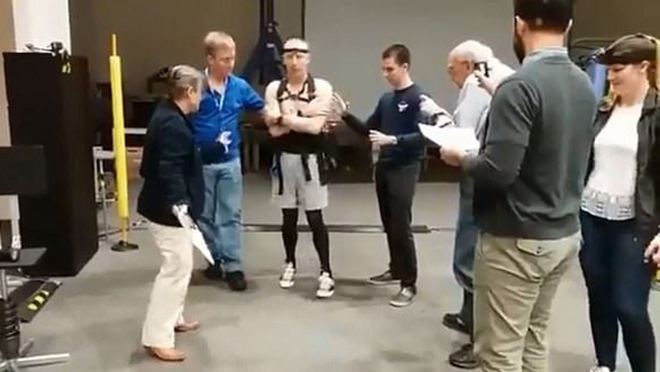 NASA宇航员返回地球 重新学走路(视频)