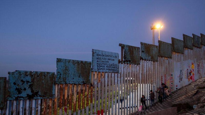 7岁女孩边境被拘后死亡 美再警移民越境危险