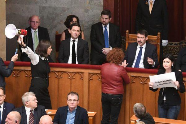 匈牙利總統簽署奴隸法 工會揚言大罷工
