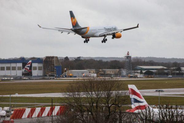 无人机大闹机场3天影响12万人 英警逮2人