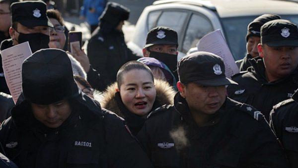 王全璋妻赴高院请愿 遭600特警围攻(视频)
