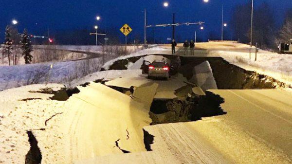 7.0強震 阿拉斯加緊急狀態 道路現裂縫機場關閉