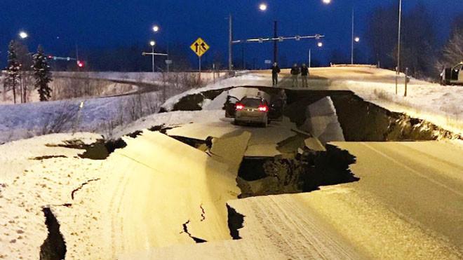 7.0强震 阿拉斯加紧急状态 道路现裂缝机场关闭