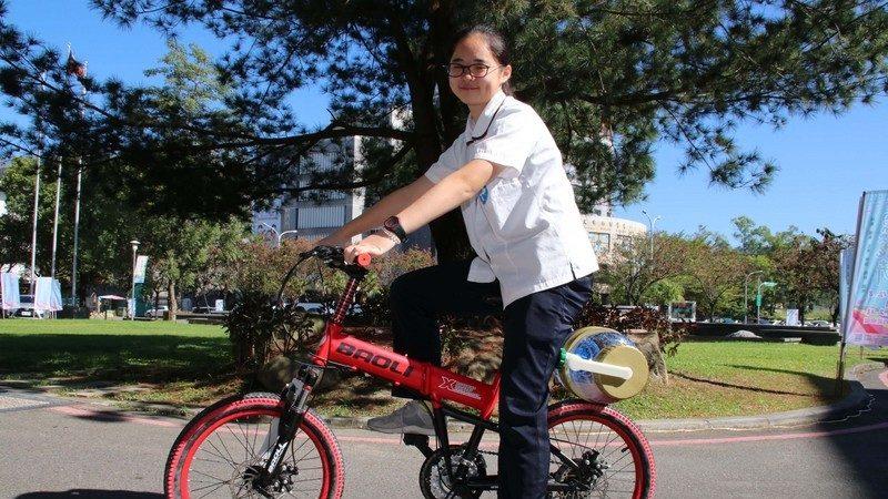 上完体育课衣服臭臭的 台高中生发明骑单车洗衣获奖