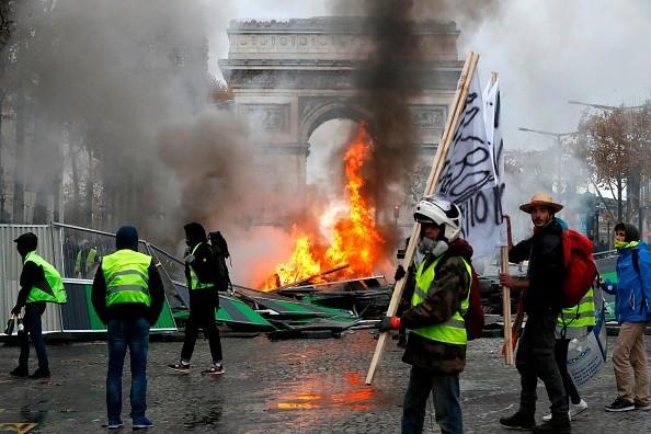 极端势力裹挟黄背心运动 名雕像被砸损毁