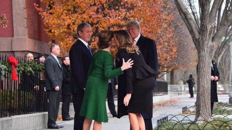 老布什国葬前夕 川普偕夫人亲访布什家族致意