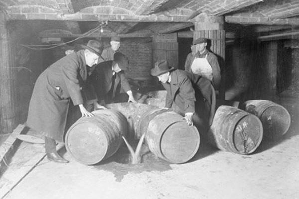 历史上的今天,12月5日:美国禁酒令的故事——一条防止犯罪的法律 促成了黑帮的兴旺