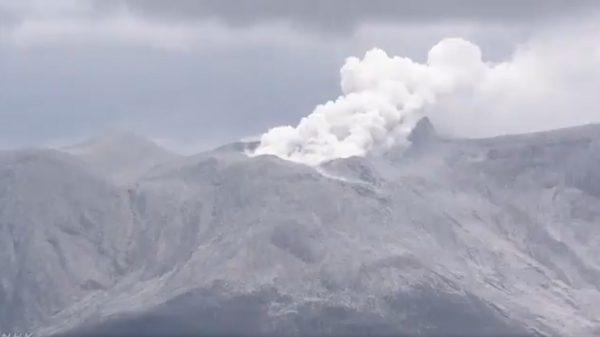 日本新岳火山爆裂式喷发 居民急撤无人受伤