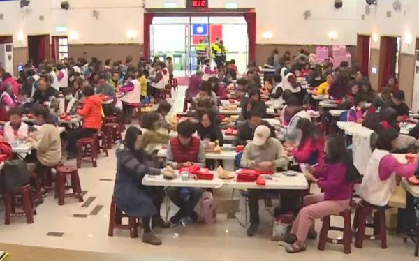 彰化市发逾亿敬老红包 150警护送300多人点钞
