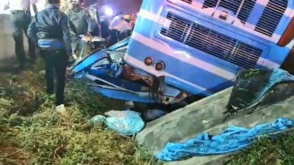 泰国双层巴士雨中急刹翻覆 已知6死逾50人伤